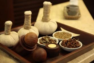 Liệu trình massage với túi thảo dược